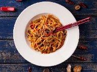 Рецепта Пилешки жулиени по китайски с нудълс, гъби, зеле, моркови, соев сос, кетчуп и нишесте